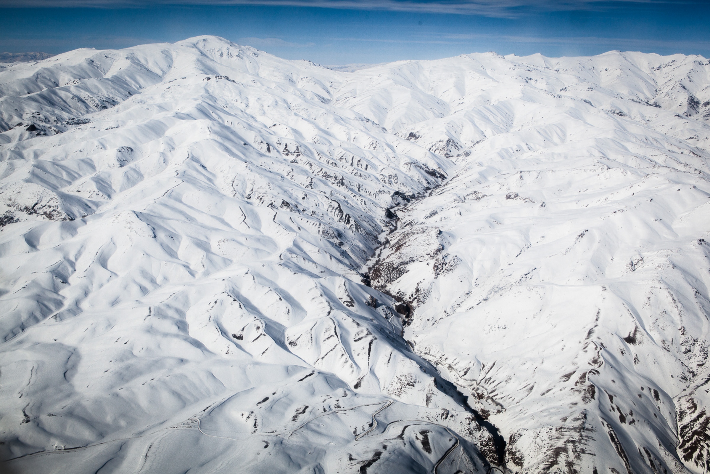 Entre Kaboul et Bamiyan, le 28 février 2013. Vol au dessus des massifs de l'Indu Kush, en route pour la compétition de ski du Bamiyan ski challenge.  Between Kabul and Bamiyan, February 28, 2013. Flight over the mountains of the Hindu Kush, en route to the Bamiyan ski challenge.
