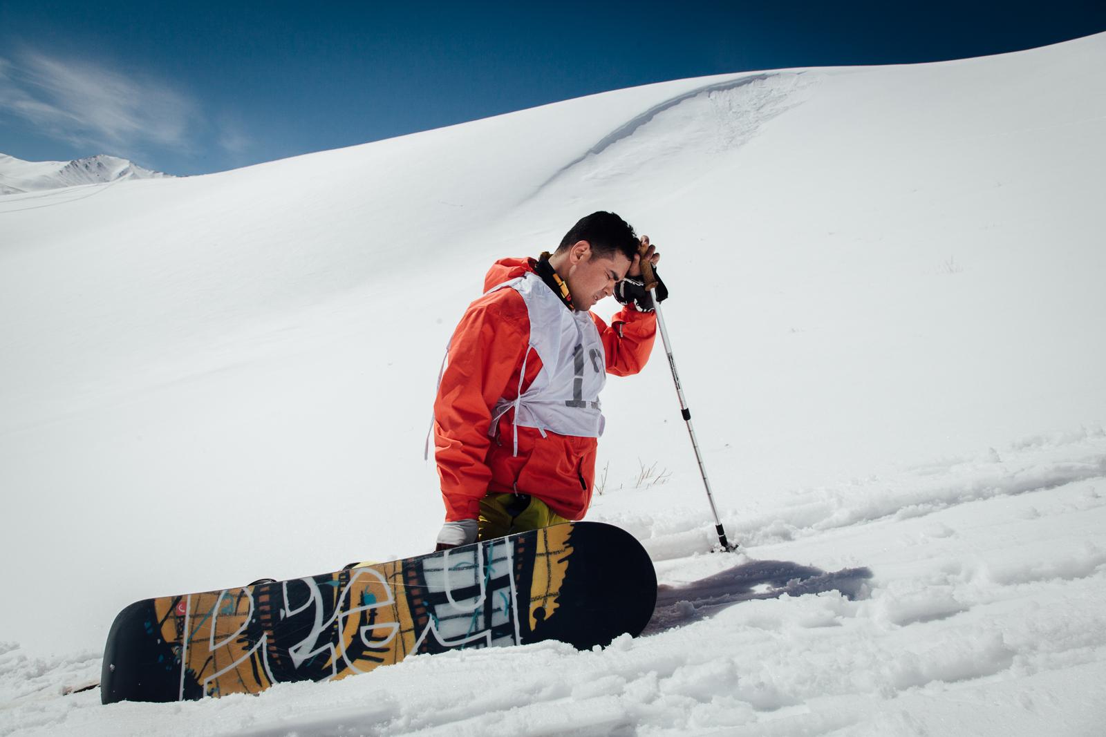 koh-e-Baba, province de Bamiyan, le 1er Mars 2013. Un des participants afghans a choisi de faire la course en snowboard. Il lutte dans la première montée.  Koh-e-Baba, Bamiyan Province, March 1, 2013. One Afghan participants chose to race with a snowboard. He struggles in the first climb.
