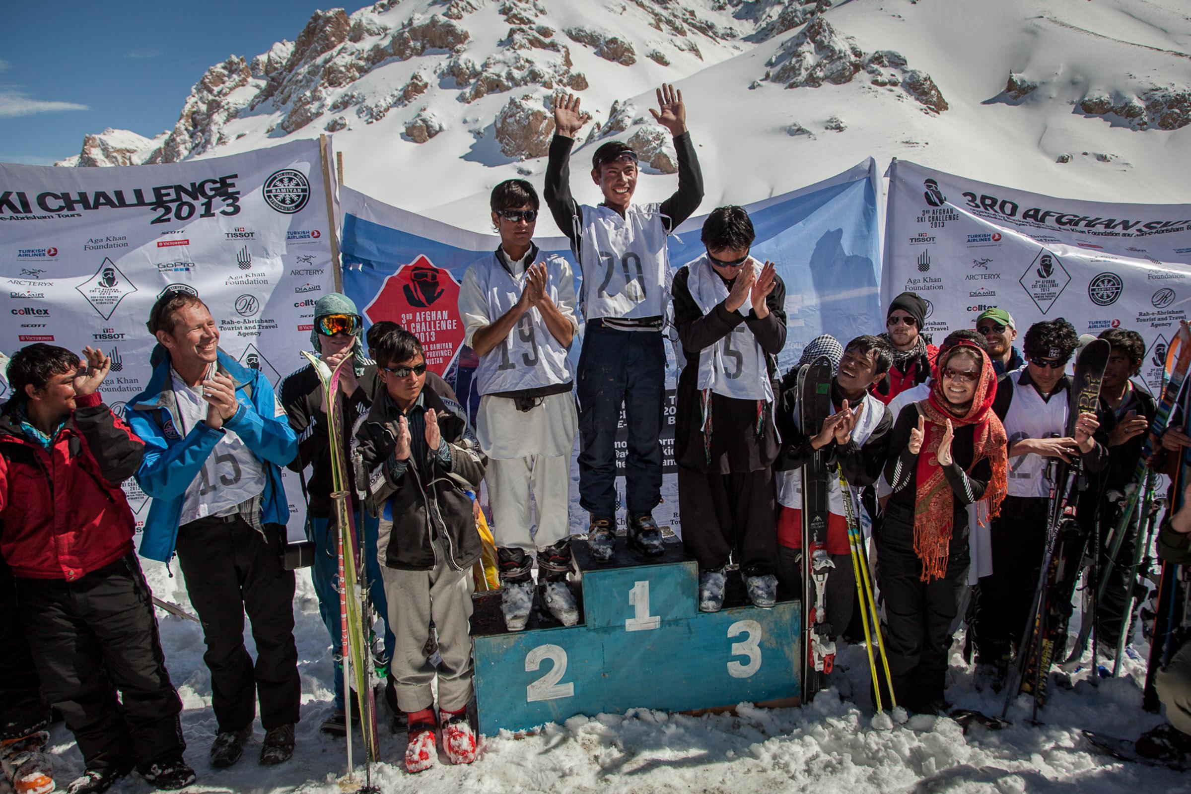 koh-e-Baba, province de Bamiyan, le 1er Mars 2013. Trois afghans sur le podium pour la troisième édition de l'afghan ski challenge. Les participants afghans sont meilleurs en montée qu'en descente et se sont entrainés toute l'année pour battre les skieurs étrangers.  Koh-e-Baba, Bamiyan Province, March 1, 2013. Three Afghan on the podium for the third edition of the Afghan ski challenge. The Afghan participants are better uphill than downhill and have trained all year to beat the foreign skiers.
