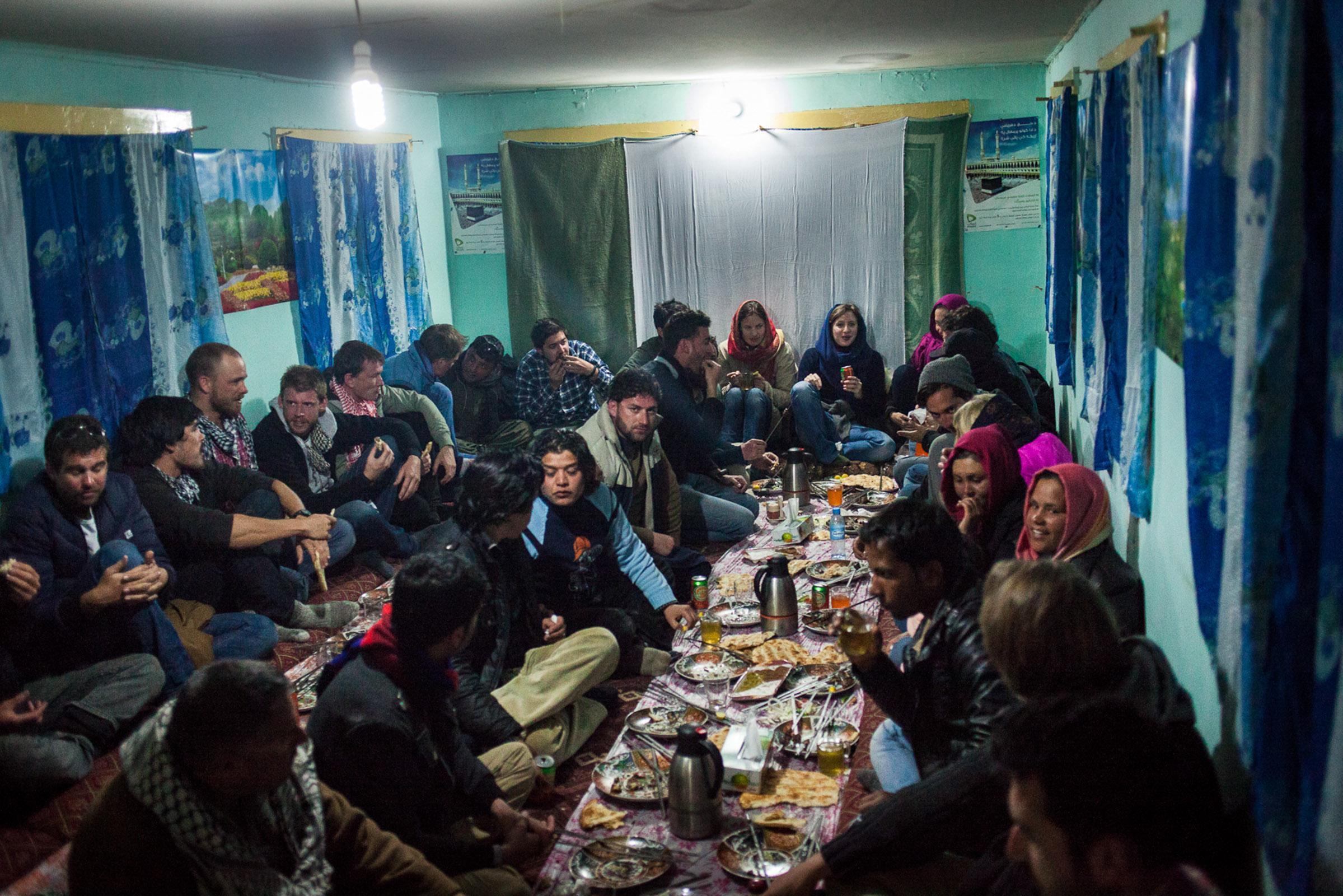 Bamiyan,2 Mars  2013. De retour à Bamiyan, les participants à la compétition se retrouvent pour un diner convivial.  Bamiyan, March 2, 2013. Back to Bamiyan, the participants of the competition meet for a friendly dinner.
