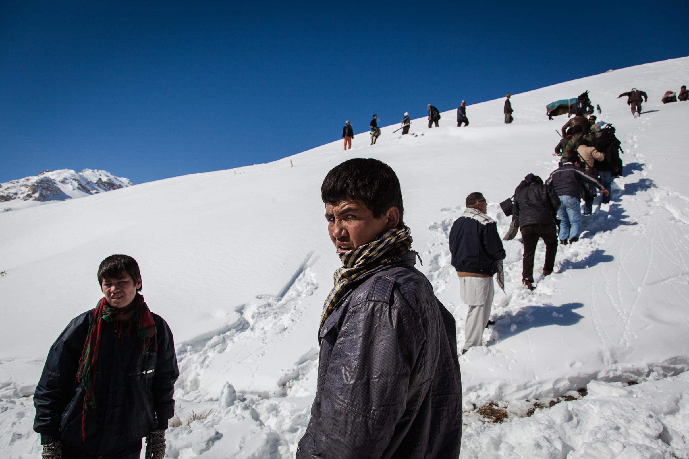 koh-e-baba, 1er Mars 2013. de jeunes afghans montent  vers le départ de l'afghan ski challenge.  Koh-e-Baba, March 1, 2013. Young Afghans wlking to the start of the Afghan ski challenge.