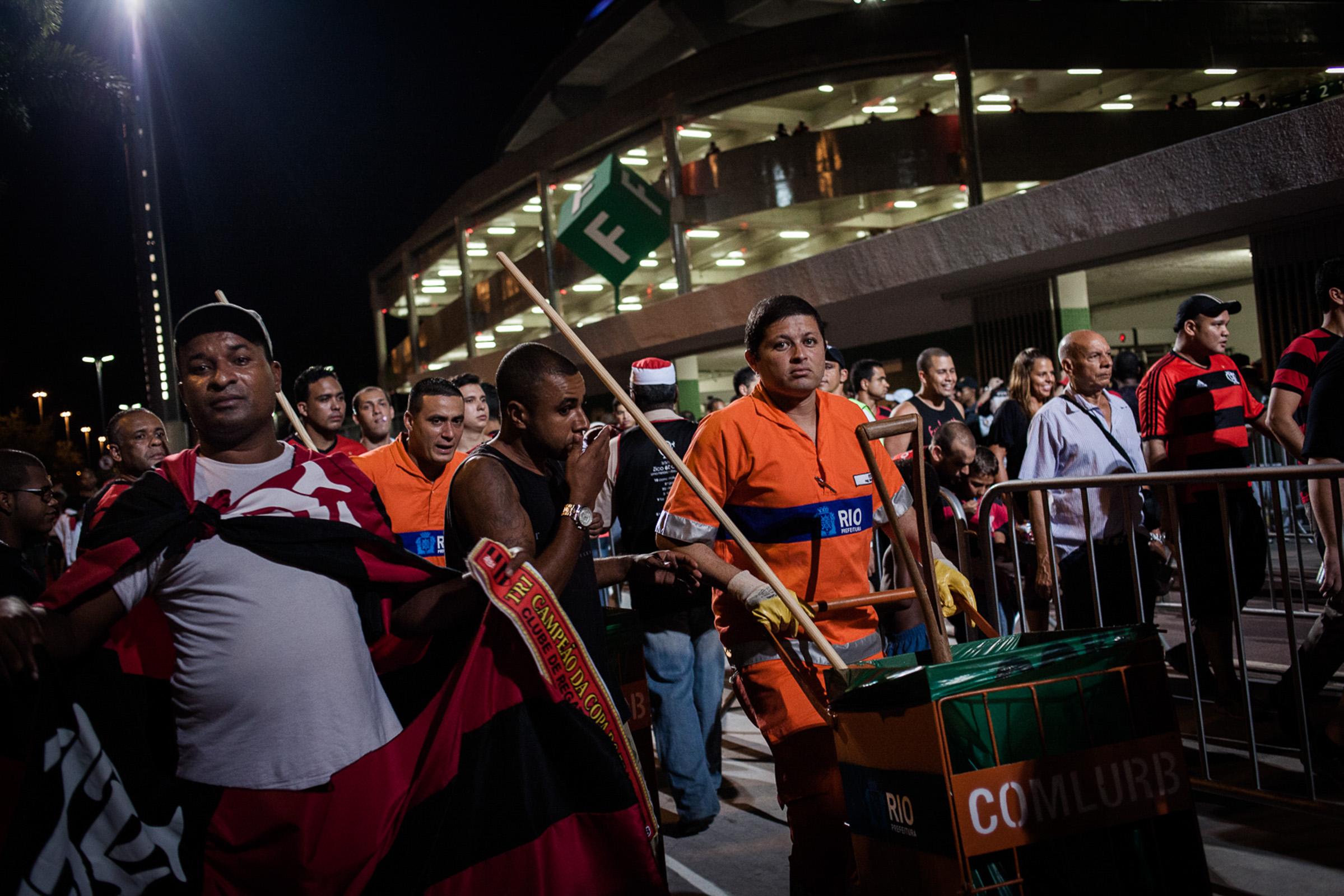 Rio de Janeiro, le 28 Novembre 2013. Garis autour du stade mythique de la Maracana, un jour de match.  Rio de Janeiro, November 28, 2013. Garis (sweepers) around the legendary Maracana stadium in a match day.