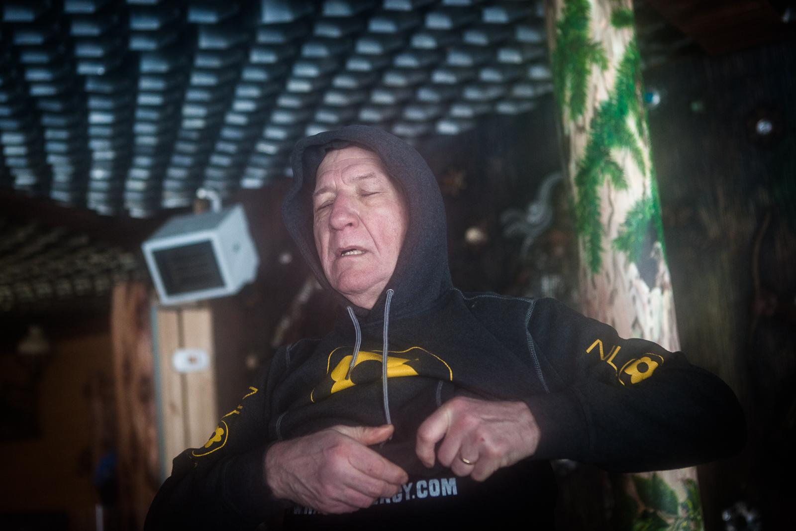 Karpacz, Pologne, 13/02/2014. Wubbo Ockels, 67 ans, ancien astronaute, se bat contre un cancer des reins et cherche un moyen de guérir lors de ce stage de résistance au froid. Il vient de terminer l'ascension de la  montagne Sniejka par des températures proches de -10°C.  Karpacz, Poland, 02.13.2014. Ockels, 67, former astronaut, fights against kidney cancer he's seeking to cure at this resistance to cold workshop. He just finished climbing the Sniejka montain, with temperatures close to -10°C.