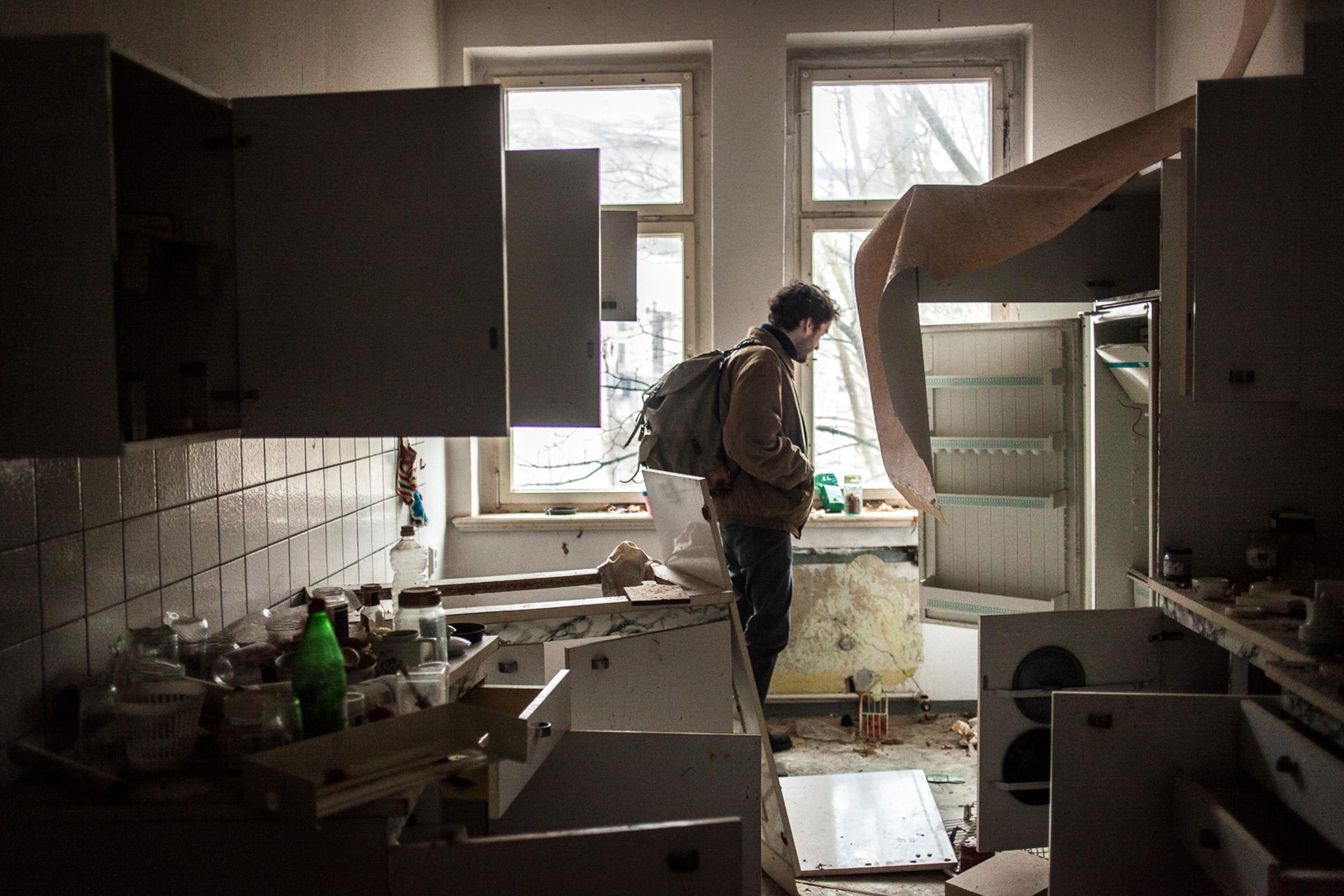 Leipzig, le 6 Mars 2014. De jeunes habitants de Leipzig visitent des immeubles abandonnés et évaluent la possibilité d'en faire des maisons communautaires.  Leipzig, March 6, 2014. Young people of Leipzig visit abandoned buildings and evaluate the possibility of making community houses.