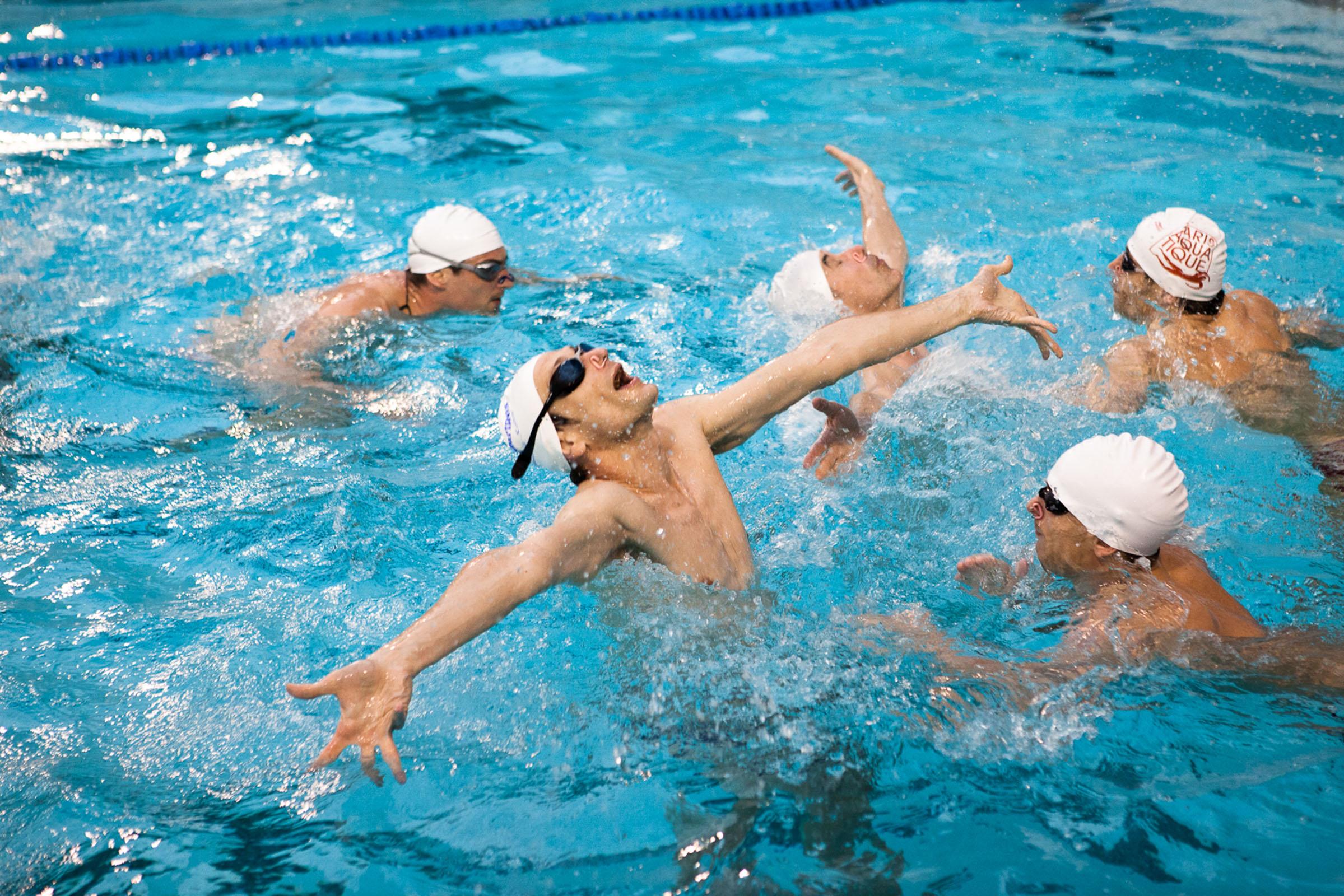 Paris, 24 avril 2013. Entrainement de l'équipe de natation synchronisée de l'équipe Paris aquatique.  Paris, 24th April 2013. Training of the Paris Aquatique men's synchronized swimming team.