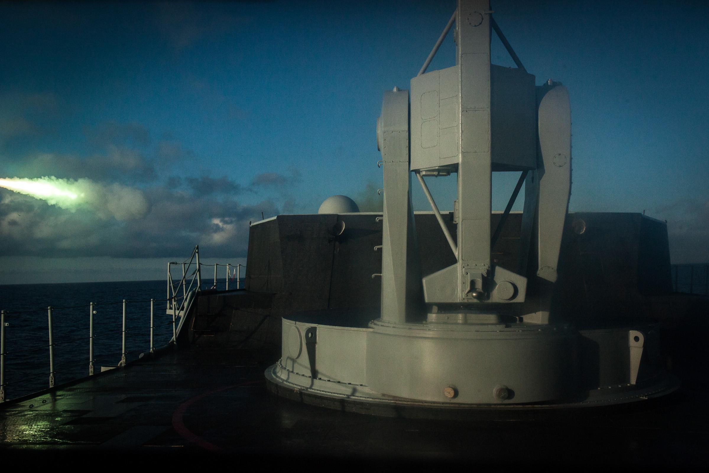 """Mer méditerrannée, 02.12.2015. Exercices interarmées à bord de la frégate anti-aérienne le """"Jean bart"""". Ces exercices incluent des tirs à balles réelles sur des drones et des cibles en mer. Tir d'un missile mistral."""
