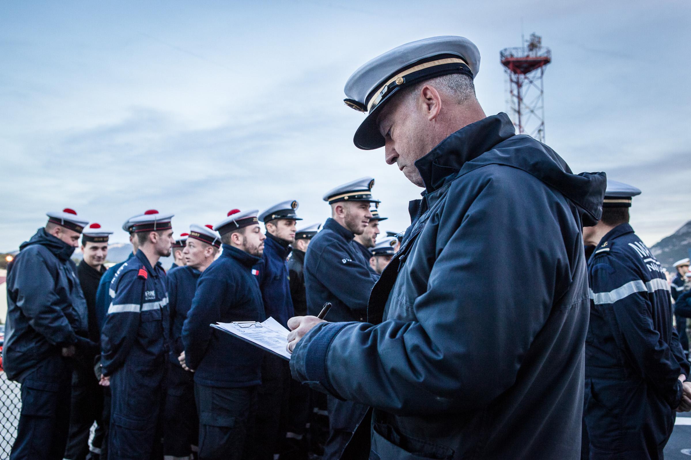 """Mer méditerrannée, 30.11.2015. Le """"Jean bart"""", frégate anti-aérienne, sur le point de partir en exercices. Appel sur le pont avant le lever de drapeau."""