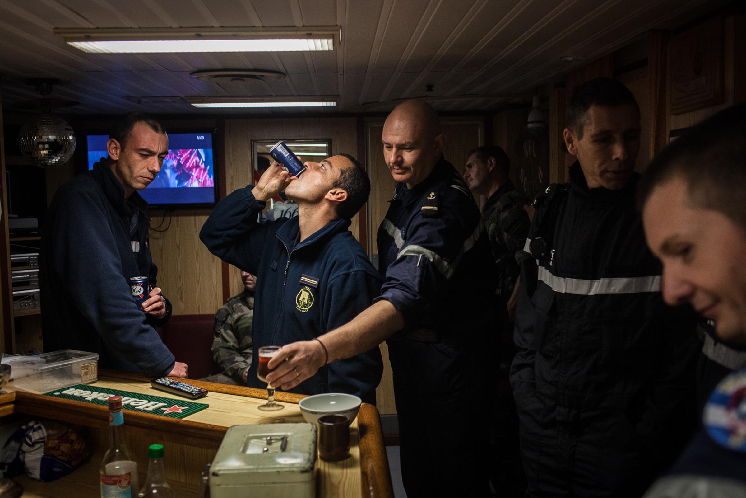 """Mer méditerrannée, 02.12.2015. Apéritif dans le carré des OMS (officiers matelot supérieurs) à bord de la frégate  anti-aérienne le """"Jean Bart"""""""