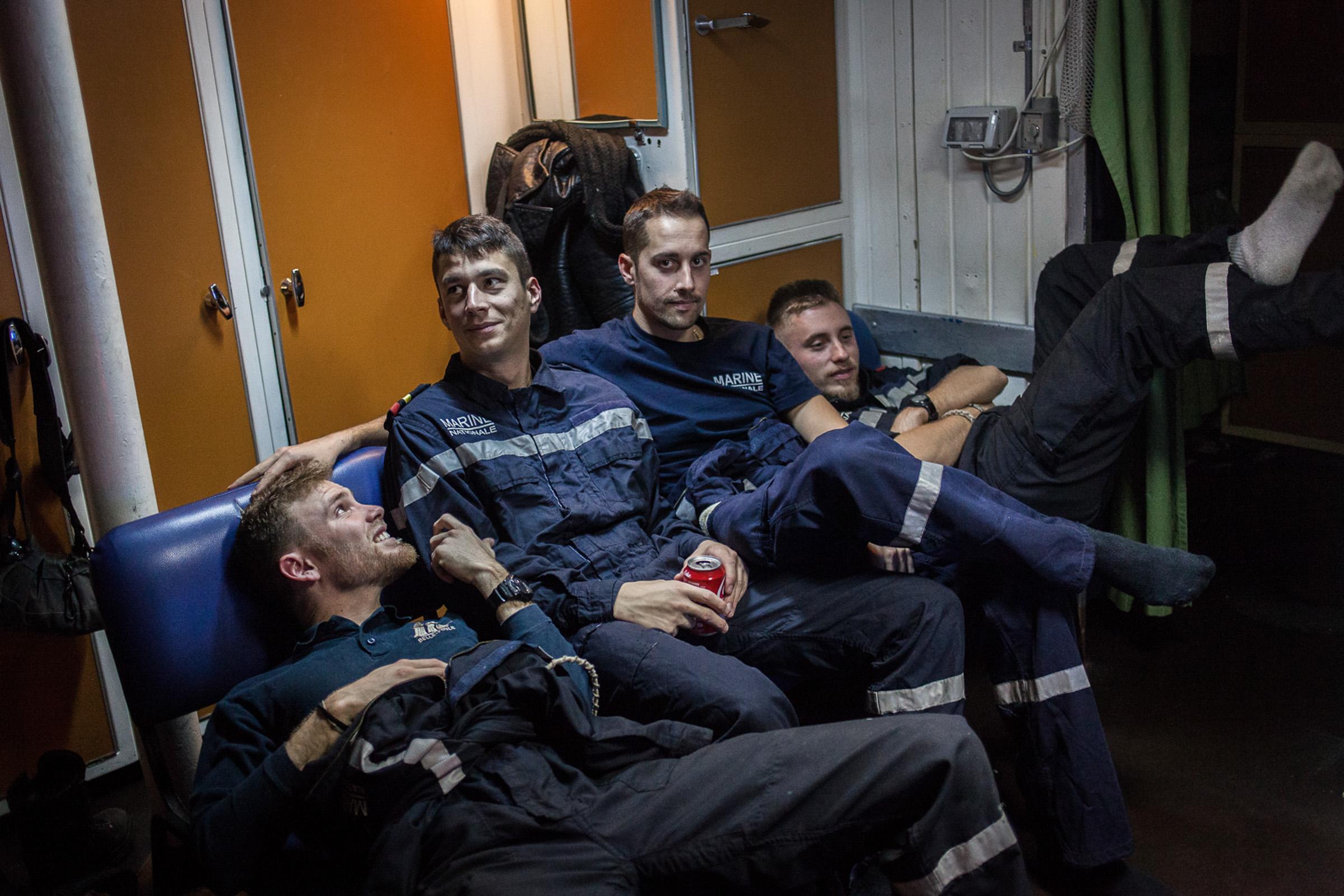 """Mer méditerrannée, 02.12.2015. Moment de détente dans les postes (dortoirs) des matelots de la frégate anti-aérienne le """"Jean bart""""."""