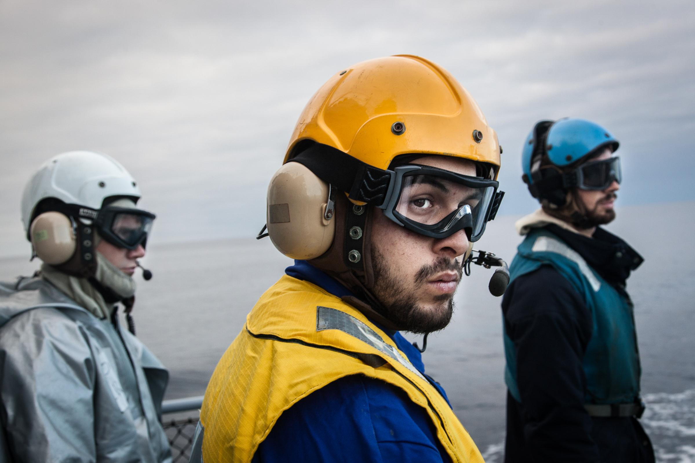 """Mer méditerrannée, 02.12.2015. Arrivée d'un hélicoptère sur la frégate le """"Jean Bart"""", lors d'exercices interarmées."""