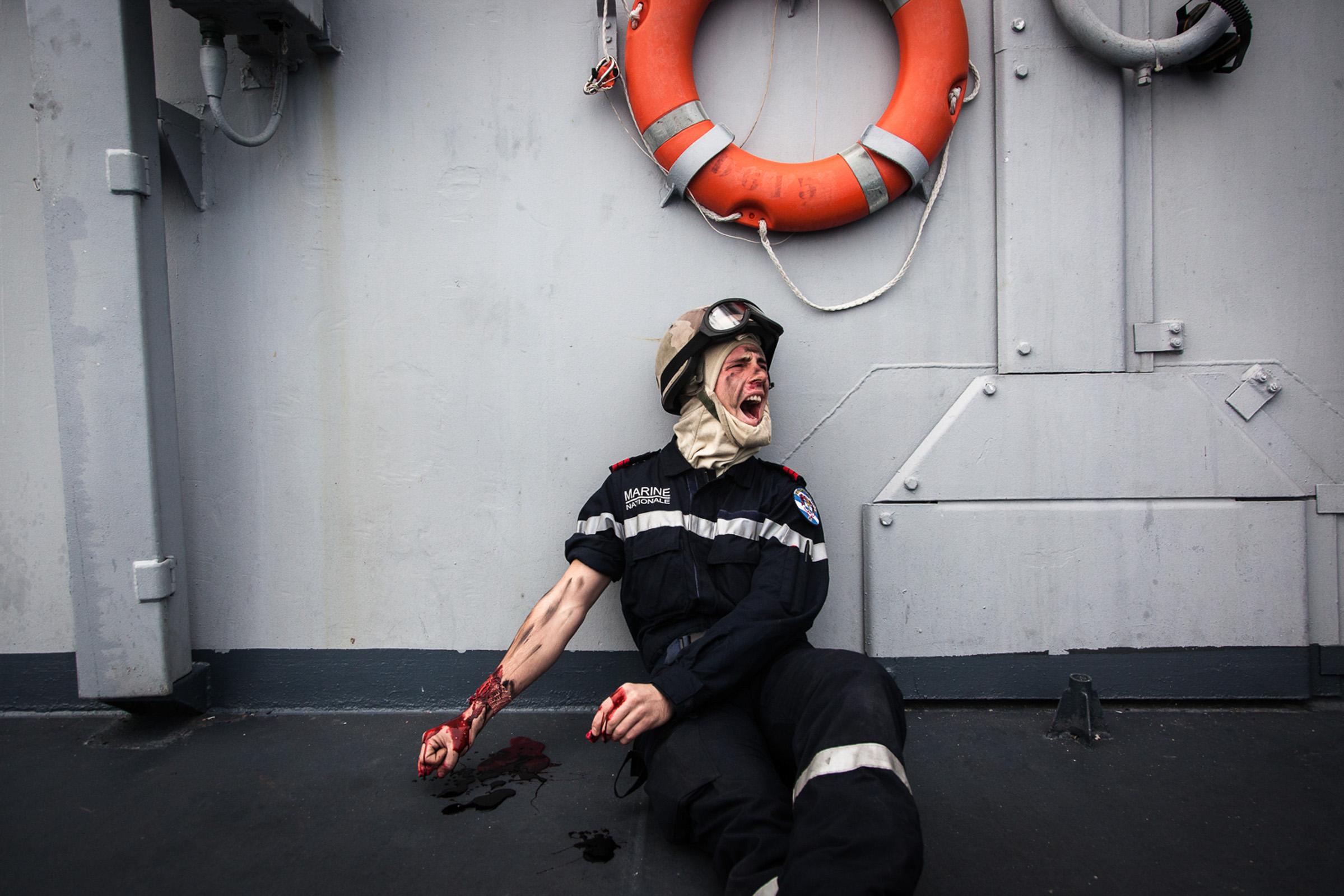 """Mer méditerrannée, 03.12.2015. Exercices interarmées à bord de la frégate anti-aérienne le """"Jean bart"""". Ces exercices incluent des tirs à balles réelles sur des drones et des cibles en mer, ainsi que des simulations d'attaques contre le navire."""