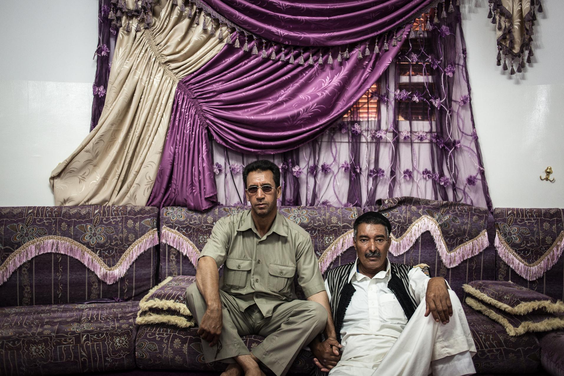 Cheguiga, Libye, juillet 2012. Les différents chefs tribaux des Machachia se réunissent pour évoquer le conflit qui les oppose à la brigade de Zenten, qui les accuse encore d'être fidèles au régime de moammar Kadhafi, un an après la chute du dictateur.  Cheguiga, Libya, 1st July 2012. Various Machachia tribal leaders meet to discuss the conflict that opposes the Zenten brigade, who accuses them still to be loyal to the regime of Muammar Gaddafi, a year after the fall of the dictator.