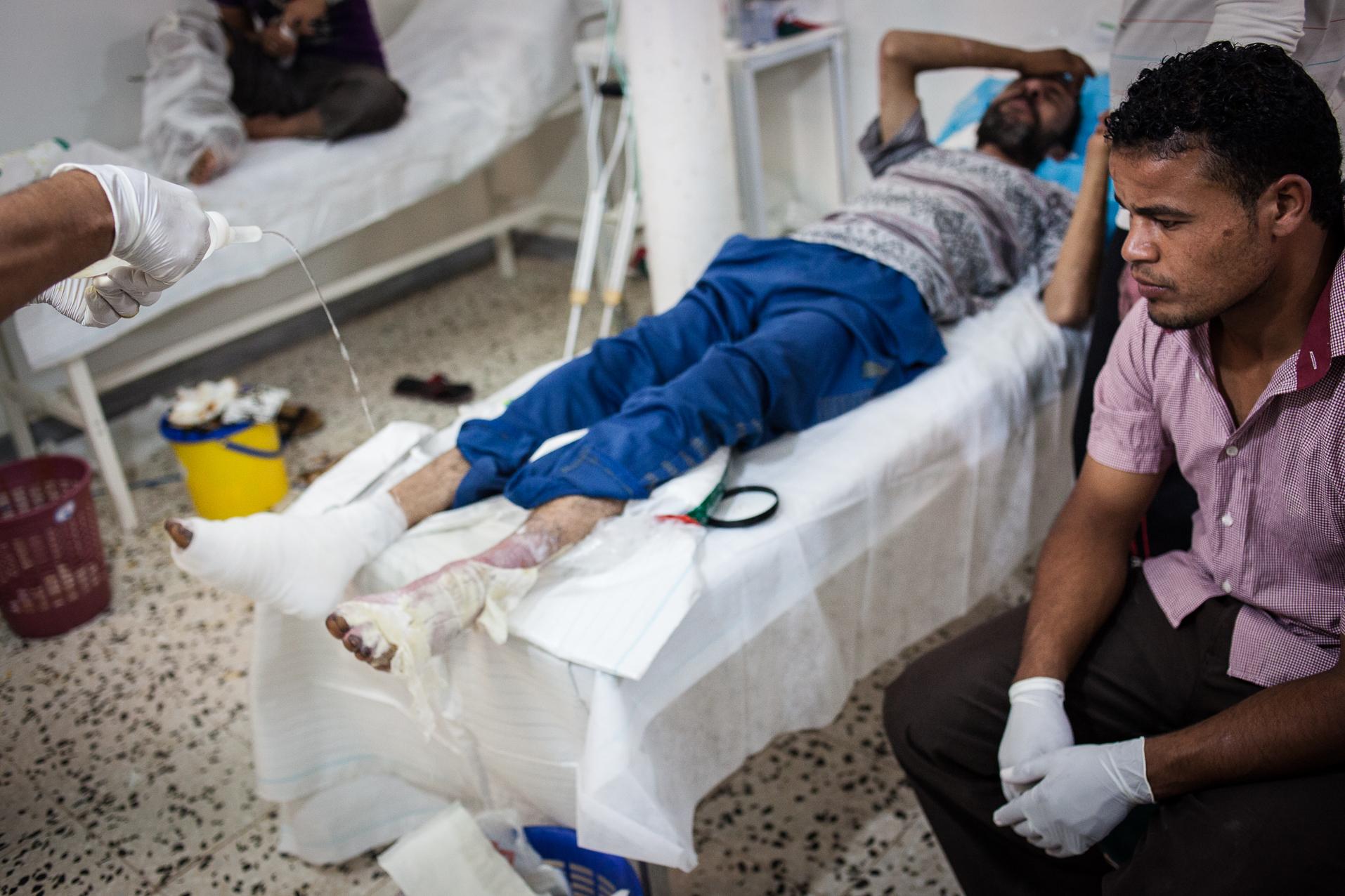 Cheguiga, Juillet 2012. Dans un hôpital mal équipé, les victimes des bombardements de la ville de Cheguiga sont soignées par des infirmiers (pas de médecin sur place). Les membres de la tribu des Machachia sont encore accusés par la brigade de Zenten d'être fidèles au régime de Kadhafi. De leur côté, les Machachia accusent les brigades de Zenten de les bombarder sans raison valable et d'utiliser des armes chimiques (gaz).  Cheguiga, July 2012. In a poorly equipped hospital, victims of bombing in Cheguiga City  are cared for by nurses (no doctor on site). Members of the Machachia tribe are still accused by  Zenten Brigades to  be loyal to the Gaddafi regime. For their part, the Machachia accuse the Zenten brigades  to bomb unnecessarily and use of chemical weapons (gas).
