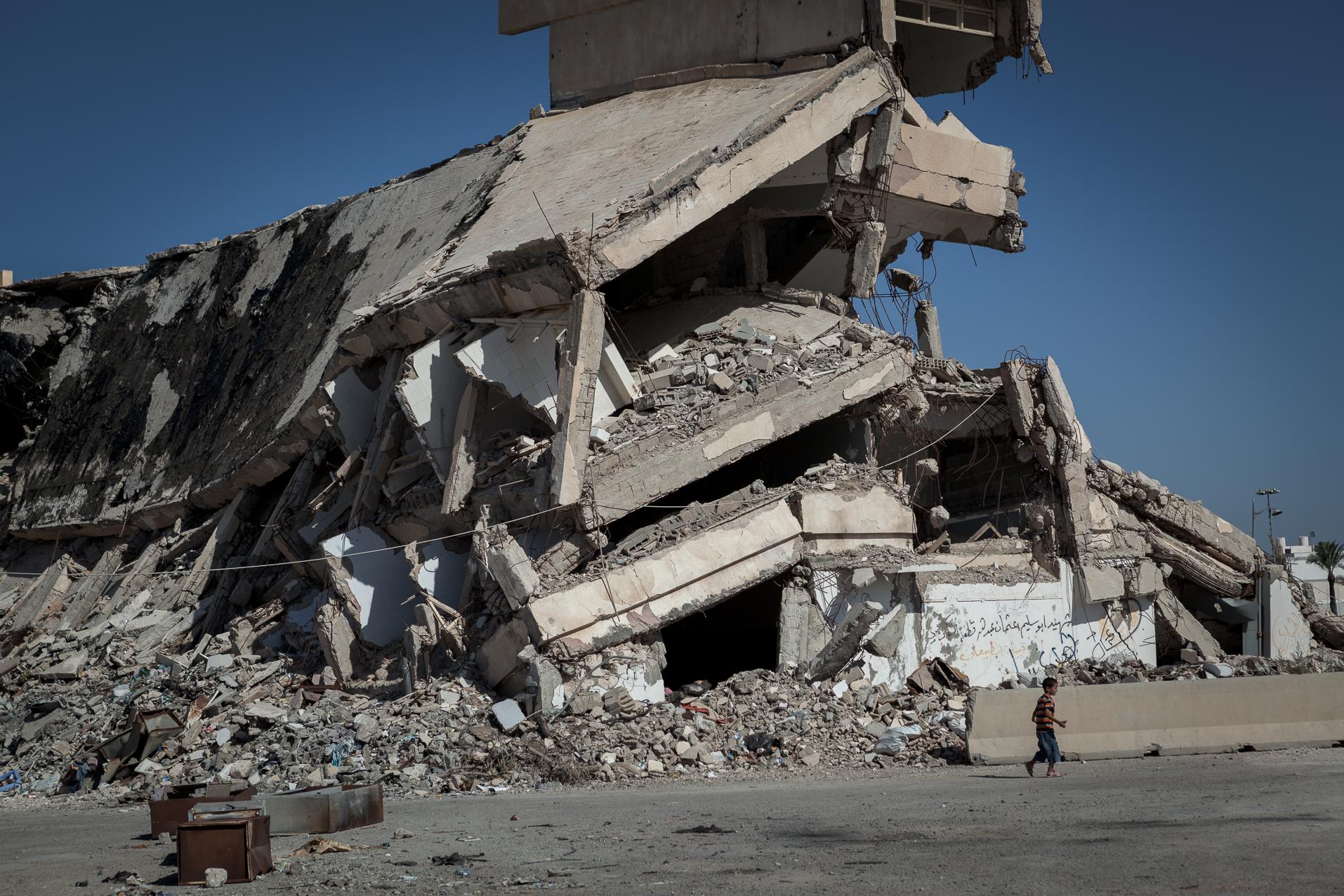 Tripoli, 27 Juin 2012. Bab-al-Azizia, ancien bastion de Kadhafi au centre de Tripoli. Les ruines sont devenues un haut lieu de traffic et de prostitution, ainsi qu'un dépotoire. La majorité des bâtiments ont été détruits par les bombardements de l'OTAN. Après la chute du régime, les habitants de Tripoli ont continué la destruction systématique de ce qui restait debout.  Tripoli, June 27, 2012. Bab al-Azizia, Gaddafi's former stronghold in central Tripoli. The ruins have become a mecca for prostitution and trafficking, as well as a dump. The majority of buildings have been destroyed by NATO bombing. After the fall of the regime, the people of Tripoli continued systematic destruction of what remained standing.