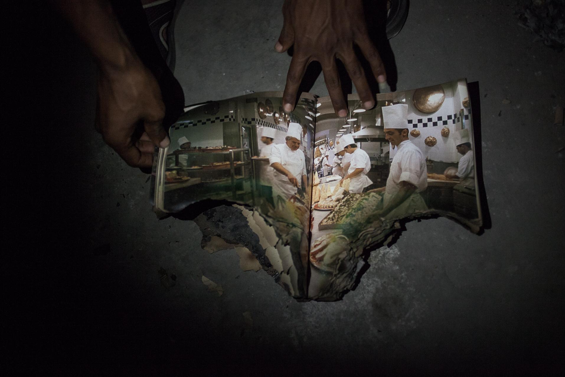 Tripoli, Libye, 27 Juin 2012. Bab-al-Azizia, ancien bastion de Kadhafi au centre de Tripoli. Dans les nombreux souterrains du complexe, on retrouve encore des vestiges du régime. Même après le pillage systématique et la destruction de nombreux bâtiments.  Tripoli, Libya, June 27, 2012. Bab al-Azizia, Gaddafi's former stronghold in central Tripoli. In numerous tunnels of the complex, there are still remnants of the regime. Even after the systematic looting and destruction of many buildings.