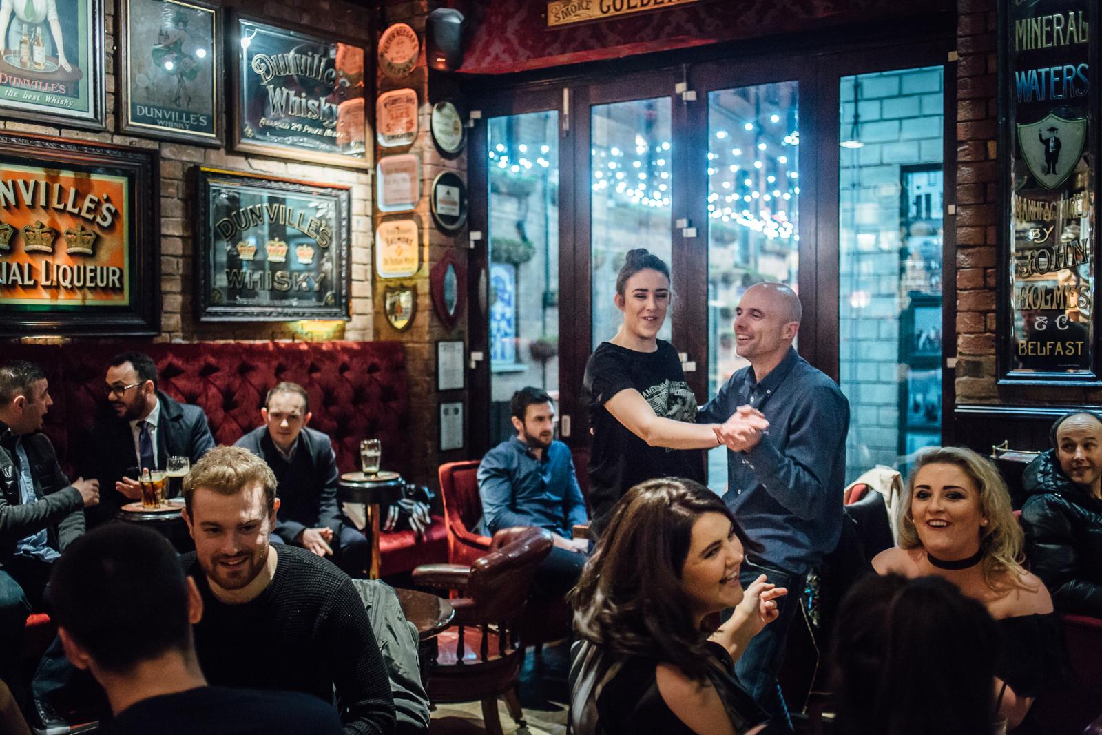 Belfast, le 23 Février 2017. Ambiance de pub dans le centre ville de Belfast. Petit à petit, le centre et la nuit nocturne reprennent vie, après la signature de la cessation des hostilités. Tous les bars ou presque proposent de la musique live en soirée.