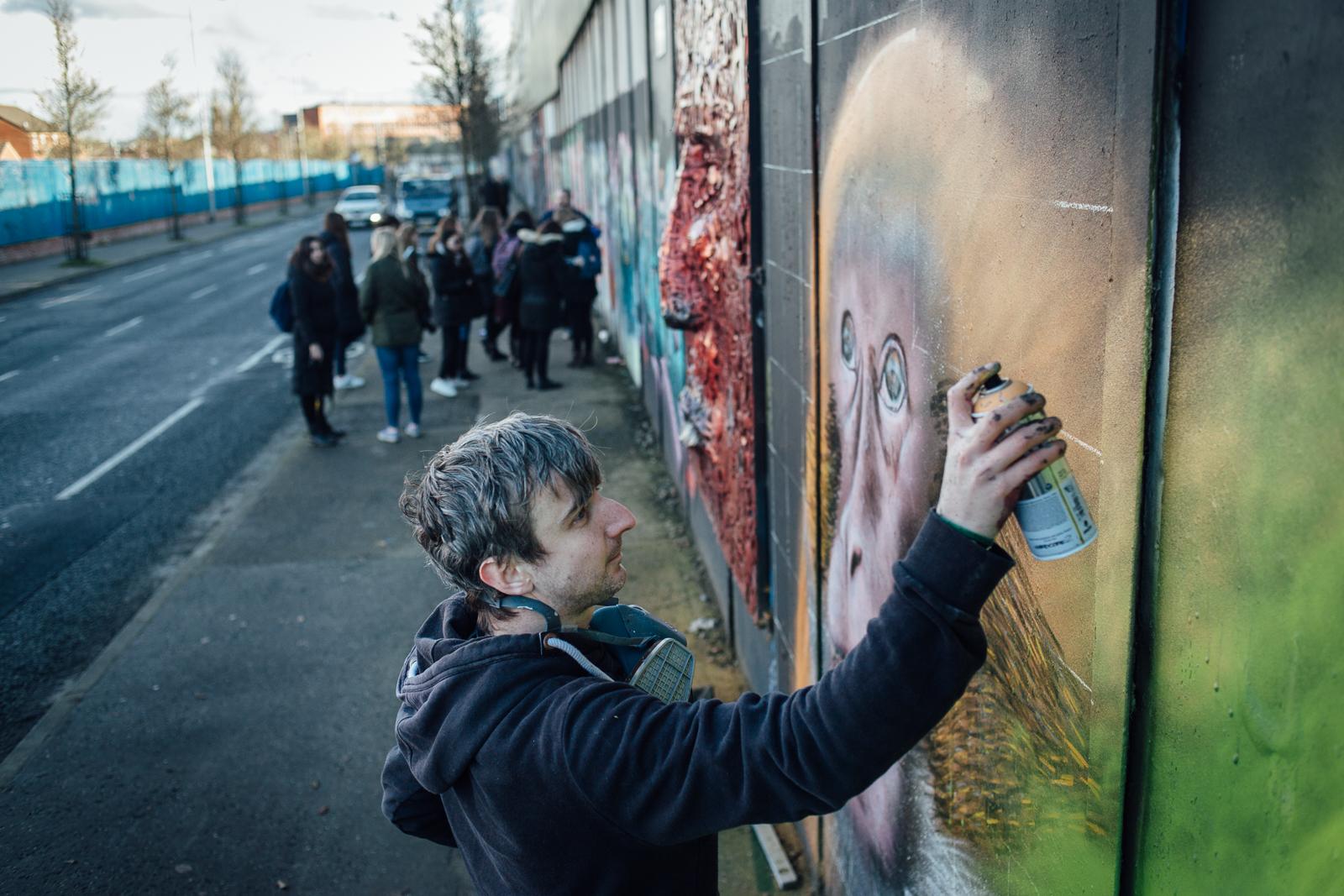 """Belfast, le 24 Février 2017. La ville comporte encore de nombreux murs de séparation entre quartiers protestants et catholiques. Emic est street artist, et revendique comme un acte militant de ne pas peindre à propos des """"troubles""""."""