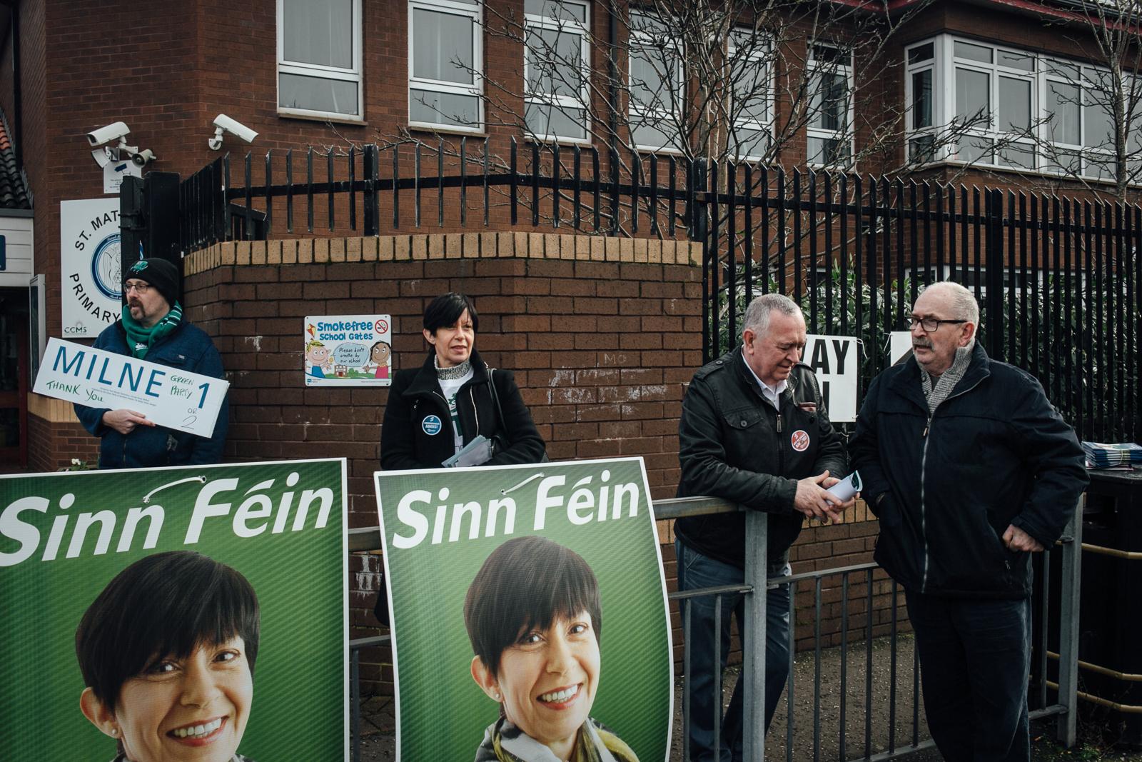 Belfast, le 2 mars 2017. Jour d'éléctions législatives anticipées à Belfast. Dans East Belfast, une enclave republicaine, la candidate du Sinn Fein (parti républicain catholique) attend ses électeurs.