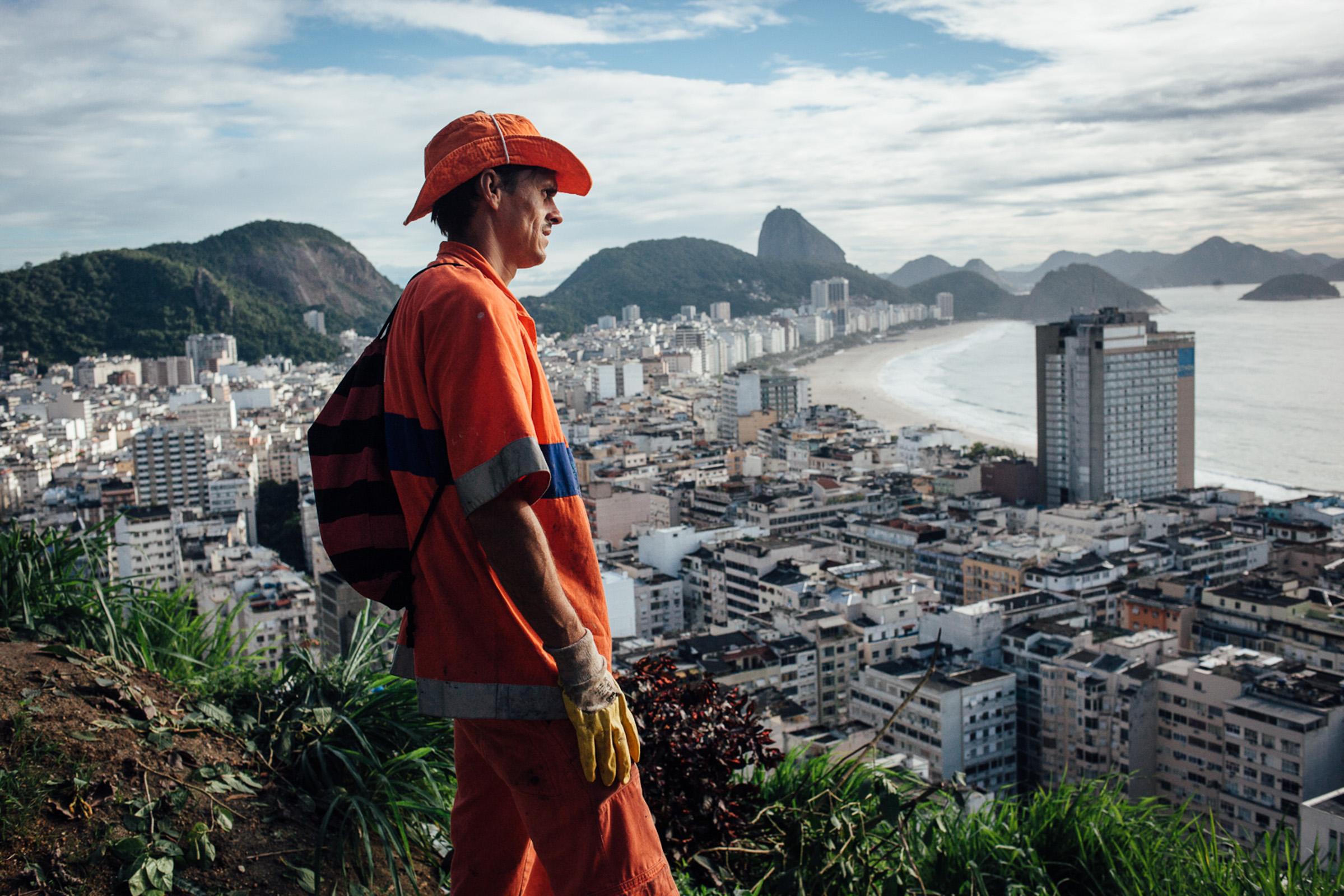 Rio de Janeiro, le 27 Novembre 2013. Marcos travaille depuis 3 ans dans la favela de Pavao pavaozinho. Tous les jours, il doit monter les poubelles en plastique à bord du funiculaire. Le point de collecte est au pied d'un vide ordure de plusieurs dizaines de metres dans lequel les habitants jettent les ordures du haut de la favela.  Rio de Janeiro, November 27, 2013. Marcos has been working for 3 years in the favela Pavao Pavãozinho. Every day, he must mount plastic bins in the funicular. The collection point is at the bottom of a trash chute of several tens of meters in which people throw garbage from the top of the favela.