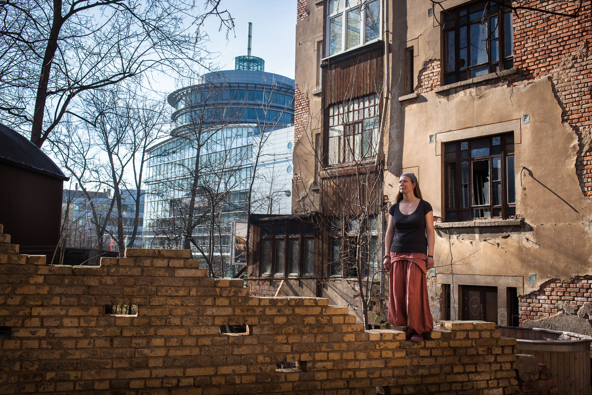 """Leipzig, le 9 Mars 2014. Suzie, 34 ans, est la plus jeune propriétaire des quartiers Est de Leipzig.  Il y a deux ans, elle a acquis ce bâtiment de 5 étages et 800 mètres carrés pour 30 000 euros. """"C'était ça où la ville le rasait. Il y a trop d'immeubles vides ici, la mairie ne sait plus quoi en faire"""". De cet immense espace à réhabiliter, elle a fait un lieu de vie alternatif, sorte d'utopie communautaire.  Leipzig, March 9, 2014. Suzie, 34, is the youngest owner of East Leipzig neighborhoods. Two years ago, she acquired the 5 floors and 800 square meters for 30,000 euros. """"The city was about to demolish it. There are too many empty buildings here, the town does not know what to do."""" From this huge space to be rehabilitated, she made a place of alternative life, a kind of communal utopia."""