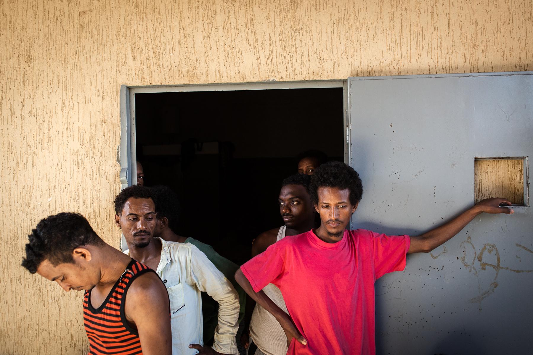 Tripoli, le 4 Juillet 2015. Centre de détention pour migrants illégaux à Garabouli, dans la région de Tripoli. Le gouvernement de Fajr Libya, installé à Tripoli, est en recherche de reconnaissance de la part de la communauté internationale. Conscients que les conditions de vie dans les camps sont difficiles, ils demandent de l'aide financière et logistique à l'occident pour réussir à gérer la migration illégale transitant par son territoire.   Tripoli, 4th of July 2015. Detention camp for illegal migrants in garabuli, next to tripoli. Fajr Libya government (dawn of libya) is seeking for international recognition. They say they need an international aid (logistics and financial) to improve the difficult life conditions in these detention centers as well as the management of illegal migration in their country.
