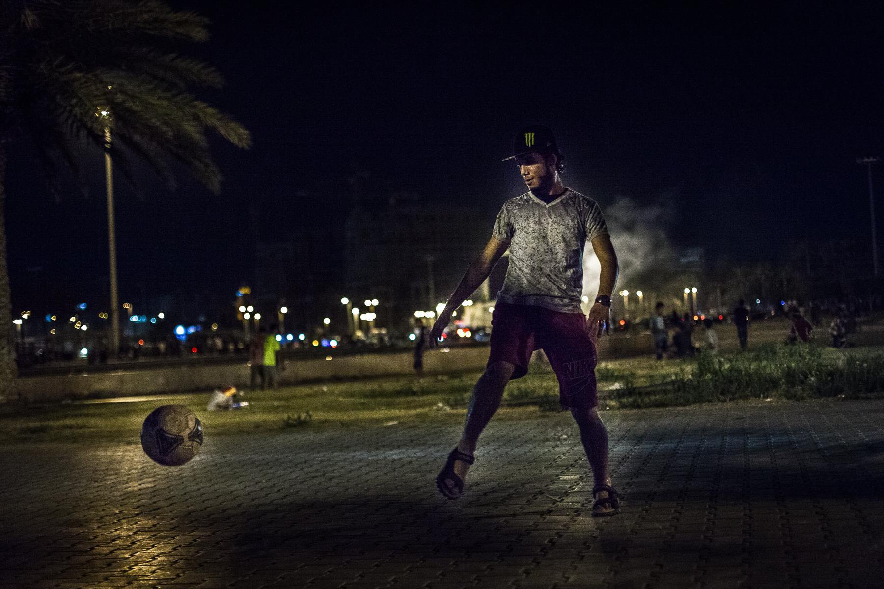 Tripoli, le 9 Juillet 2015. Peu après la rupture du jeûne du ramadan, familles et groupes de jeunes  se retrouvent place des martyrs de Tripoli dans une ambiance bon enfant.   Tripoli, July 9, 2015. Soon after breaking the fast of Ramadan, families and youth groups meet at Martyrs Square in Tripoli in a friendly atmosphere.