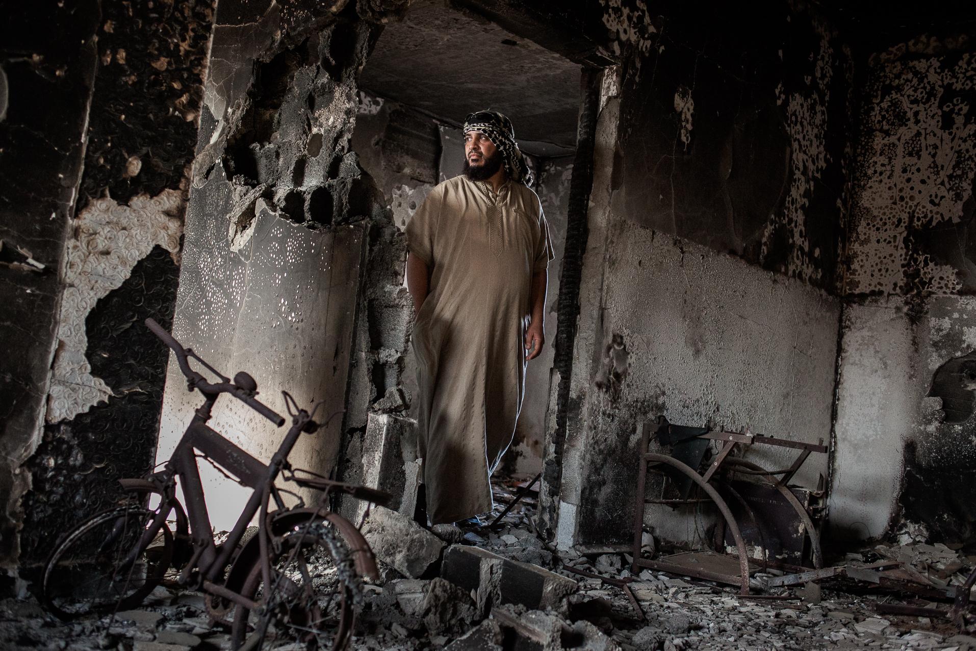 Syrte, Juillet 2012. Walid, dans les décombres de sa maison. Syrte est la ville du pays qui a subi le plus de dommages lors du conflit lybien.  Sirte in July 2012. Walid, in the ruins of his house. Sirte is the town of country that has suffered the most damage during the  Libyan conflict.